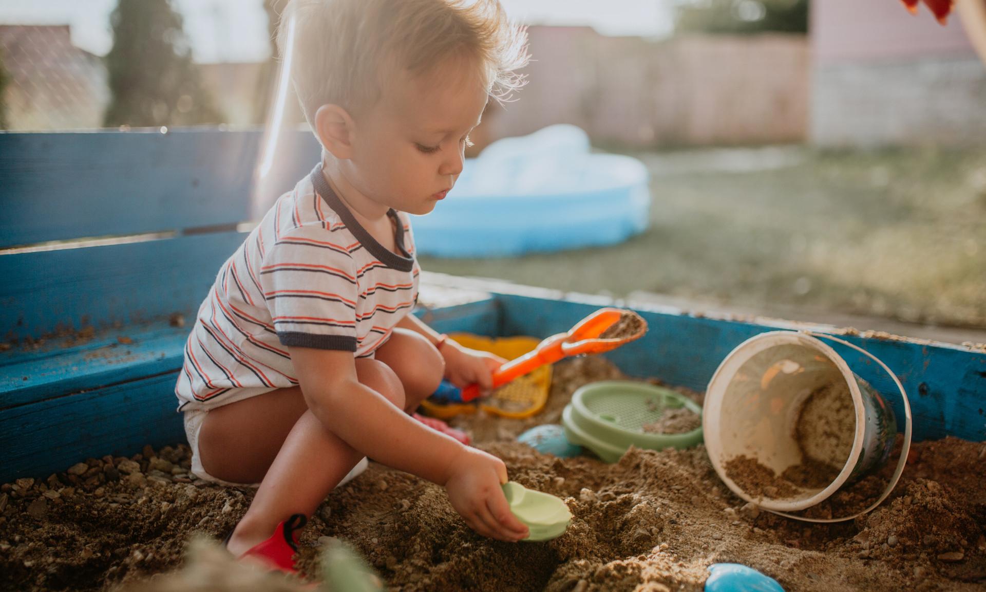 Почему малышу обязательно нужно играть в песочнице: мнение психолога