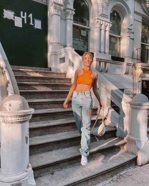 Фото №1 - Задает тренды: Ира Блан выложила фото в необычных джинсах с круглыми вырезами