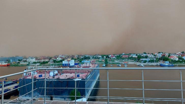 Фото №1 - «Это не кадры с Марса»: Астрахань накрыла мощная песчаная буря. Видеорепортаж из соцсетей