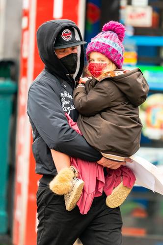 Фото №2 - Фотографии, от которых мы не можем оторваться: Брэдли Купер с малышкой Леей на руках