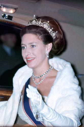 Фото №18 - Какую тиару Елизавета II одолжит Меган Маркл на свадьбу: делаем ставки