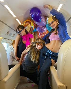 Фото №1 - Вечеринка в самолете: как Белла Хадид отпраздновала свой день рождения