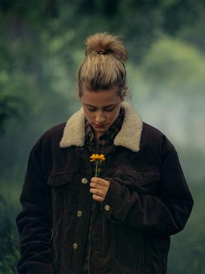Фото №1 - Что посмотреть: лучшие фильмы и сериалы с Лили Рейнхарт