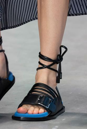 Фото №28 - Самая модная обувь весны и лета 2020: советы дизайнеров
