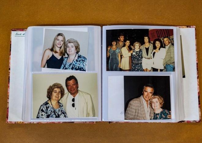 Фото №1 - В комиссионку попал фотоальбом, и на всех снимках— одна и та же неизвестная женщина с голливудскими кинозвездами