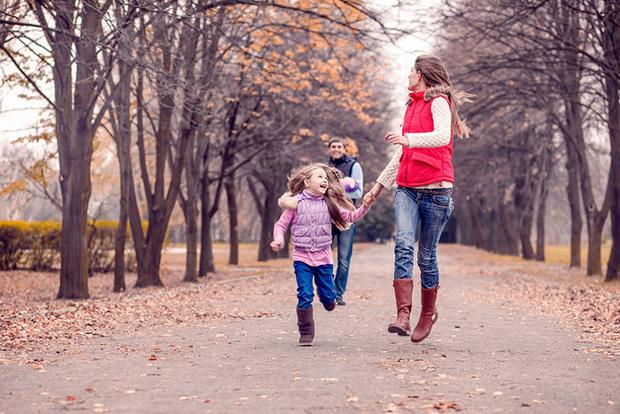 Фото №1 - Вместе весело шагать: идеи для осенних познавательных прогулок с детьми