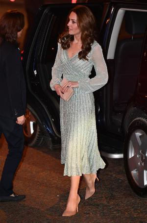 Фото №2 - Как герцогиня Кейт укрепила свои позиции в королевской семье с помощью всего одного платья