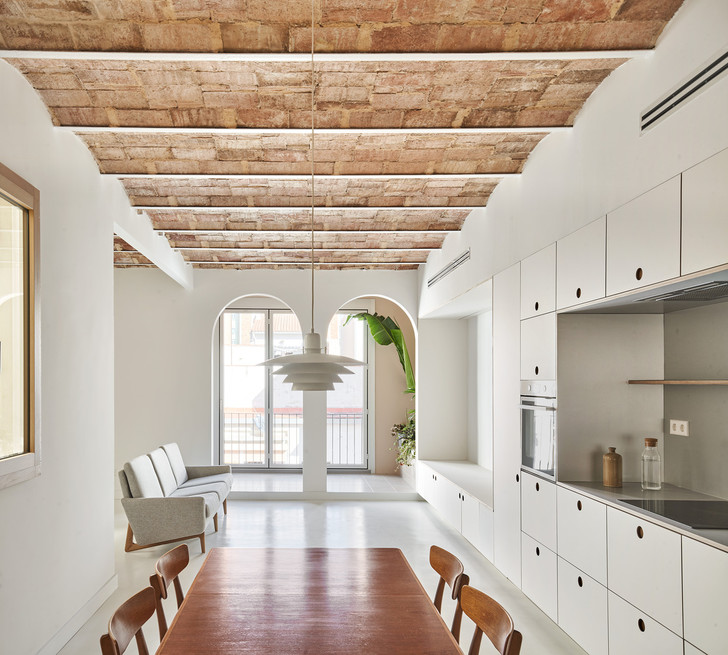 Фото №1 - Белая квартира со сводчатым потолком в Барселоне