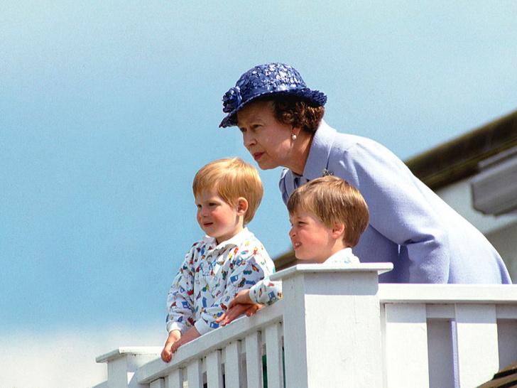 Фото №8 - Самые трогательные фотографии королевских бабушек и дедушек с внуками