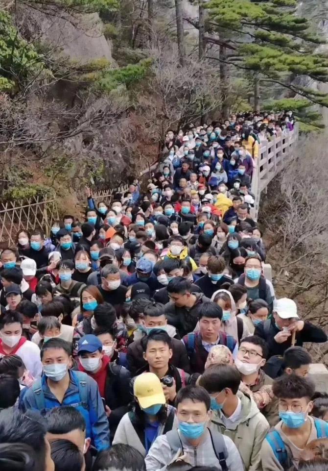 Фото №3 - Многотысячная толпа китайцев собралась в туристическом парке, открывшемся после коронавируса (видео)