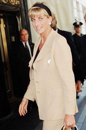Фото №9 - Как королевские модницы носят широкие ободки (и где искать похожие)