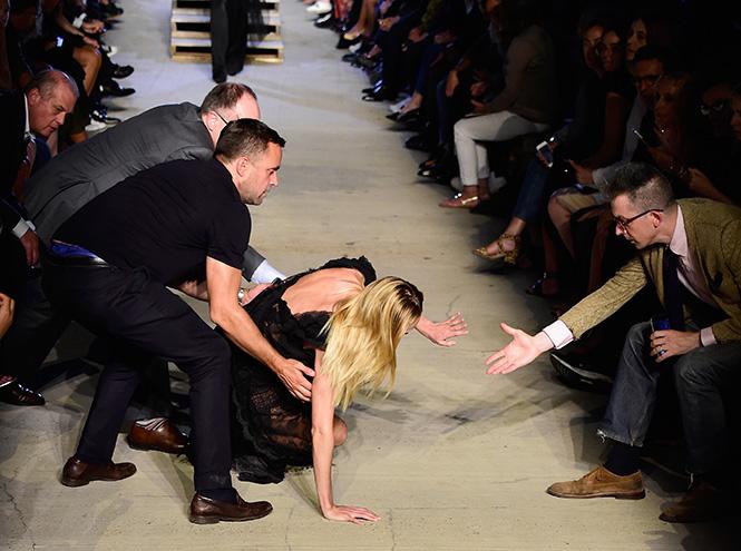 Фото №1 - Кэндис Свейнпол упала на показе Givenchy в Нью-Йорке