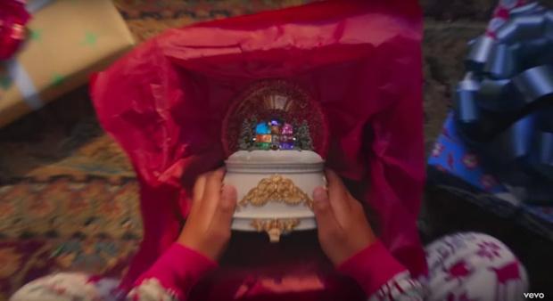 Фото №1 - 8 пасхалок в новом клипе Тейлор Свифт «Lover», которые ты не заметила