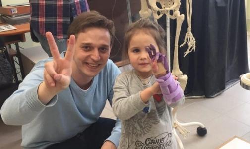 Фото №1 - 4-летней девочке из Петербурга установили необычный протез кисти руки