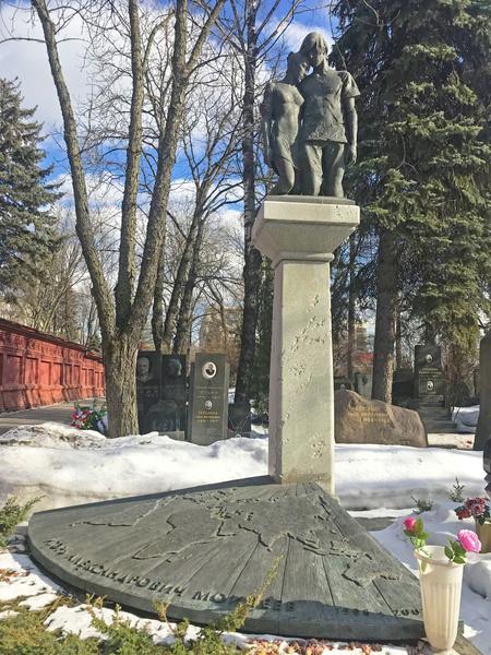 Самые шикарные и богатые памятники знаменитостям: кладбища, где находятся, кто автор, Зыкина, Гурченко, Рязанов, Никулин, Уланова, Захаров