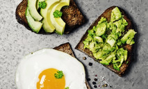 Тосты с авокадо, креветками и жареным яйцом