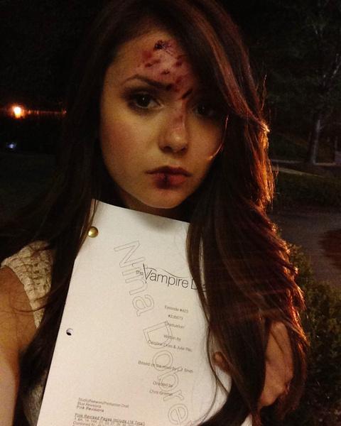 Фото №1 - Нина Добрев показала закулисное фото со съемок «Дневников вампира»