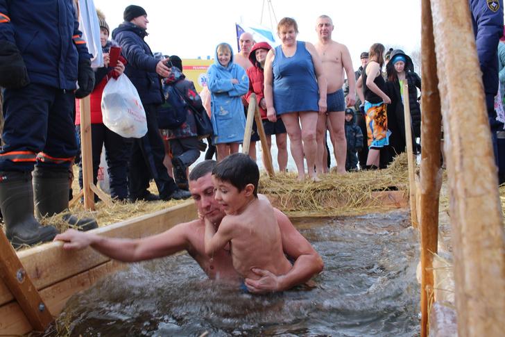 Фото №2 - Можно ли окунать ребенка в прорубь на Крещение: мнения врача и священника