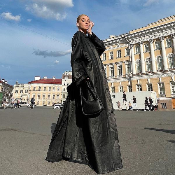 Фото №1 - Черный плащ: стильный вариант верхней одежды на осень от Насти Ивлеевой