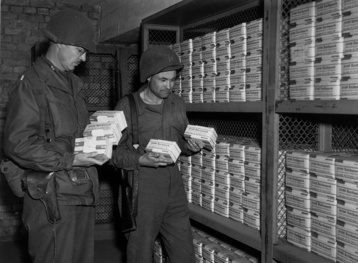 Фото №1 - Коллекционеры марок. Сколько зарабатывали солдаты вермахта во время войны