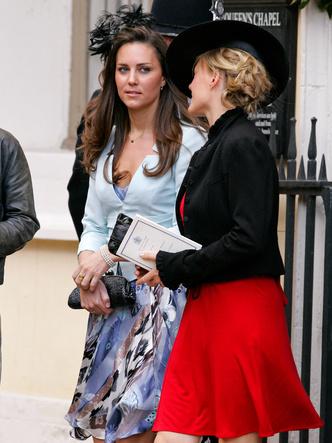 Фото №7 - До свадьбы и стилиста: какими были официальные выходы Кейт в статусе подруги принца