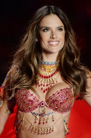 Фото №39 - Полцарства за бюстгальтер: как выглядят все драгоценные Fantasy Bra Victoria's Secret