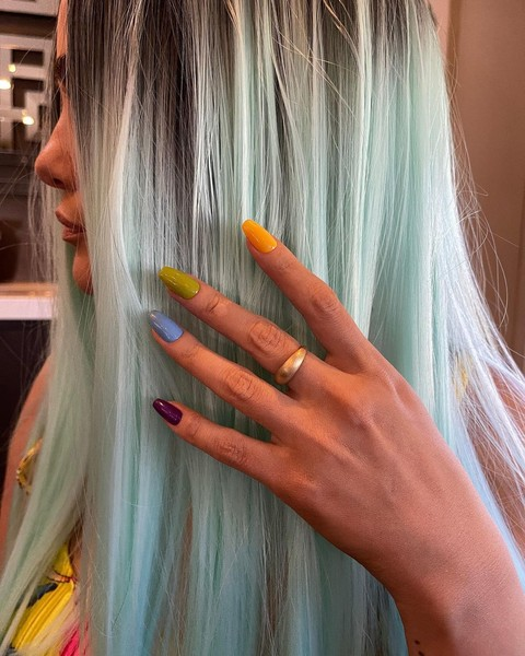 Фото №2 - Трендовый разноцветный маникюр: вдохновляемся ногтями Селены Гомес из клипа «999»