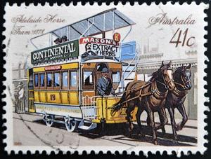 Neftali / ShutterstockСлово «трамвай» (tram — «лежень», «брус» и way — «путь»), употреблявшееся еще до того момента, как им стали называть знакомый всем вид транспорта, в эпоху мануфактур обозначало деревянные лежневые пути в горных копях. Но когда в английских городах получил распространение наземный рельсовый транспорт, об этом слове очень кстати вспомнили. Первый уличный трамвай, тогда еще вагон на лошадиной тяге, был пущен в Нью-Йорке в 1832 году. Примечательно, что второй трамвайный путь, открывшийся в Новом Орлеане в 1835 году, используется до сих пор, но теперь, разумеется, по нему ходят электрические машины. В Европе первые трамваи появились в Париже в 1853-м, затем в 1860-м в Англии, в Беркенхеде, далее в Лондоне, в 1861-м и Копенгагене в 1863-м. Семидесятые годы XIX века ознаменовались настоящим трамвайным бумом, правда, все еще с помощью лошадей, но разработчики уже искали им замену. Сначала в качестве механической тяги пробовали сжатый воздух, газ и бензиновые двигатели, позже — как только это стало возможным — применили электрическую тягу. На ней и остановились. Новый «электрический» трамвай, сделанный фирмой «Сименс» в 1881 году, пустили по трамвайной линии под Берлином. Однако в этом транспортном средстве было еще много серьезных недостатков. Например, подача электроэнергии к вагону осуществлялась третьим контактным рельсом, поэтому в сырую погоду происходила утечка тока, что в итоге приводило к коротким замыканиям и остановкам в движении. Но американский инженер Ю. Спрэг ликвидировал это, поставив токосъемник на крышу. Теперь он скользил по контактному проводу, который был подвешен на опорах высоко над землей. После таких доработок трамвайная система американца стала по-настоящему востребованной. И с 1888 года быстро распространилась по всему миру.
