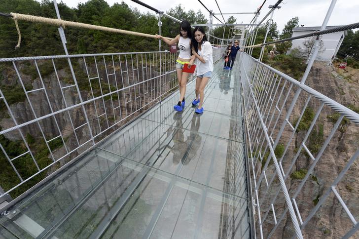 Фото №1 - В Китае стеклянный мост треснул под ногами туристов