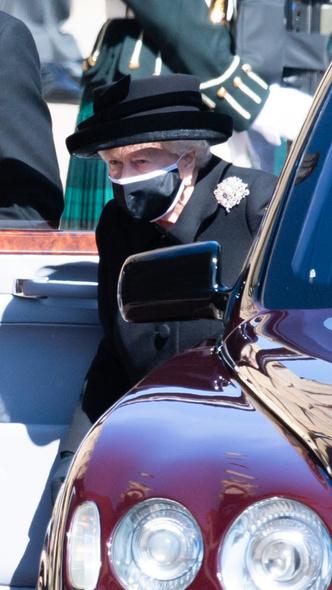 Фото №2 - Дорогие воспоминания: какие важные вещи Королева взяла на похороны принца Филиппа