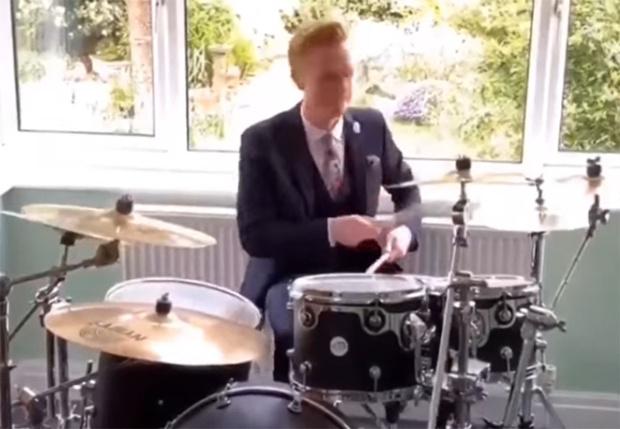 Фото №1 - Ведущий прогноза погоды BBC закончил выпуск программы, сыграв мелодию из заставки на барабанах (видео)