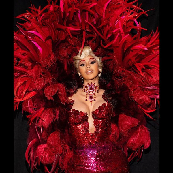 Фото №1 - Перья, пайетки, красный цвет: Карди Би шокировала всех своим появлением на Парижской Неделе Моды