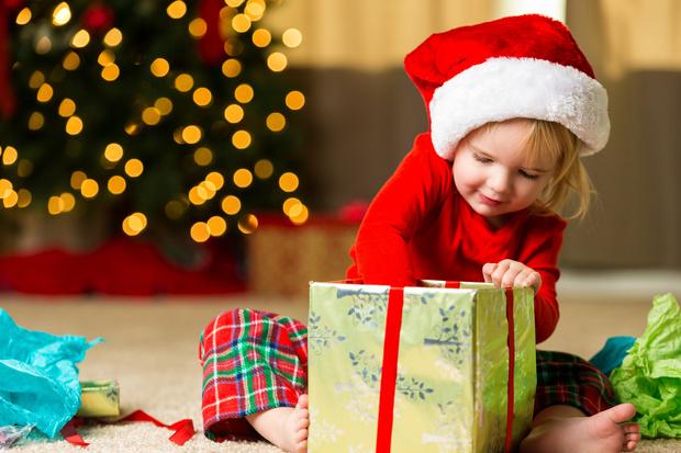 Фото №1 - Что подарить ребенку на Новый год: 30 идей на любой возраст