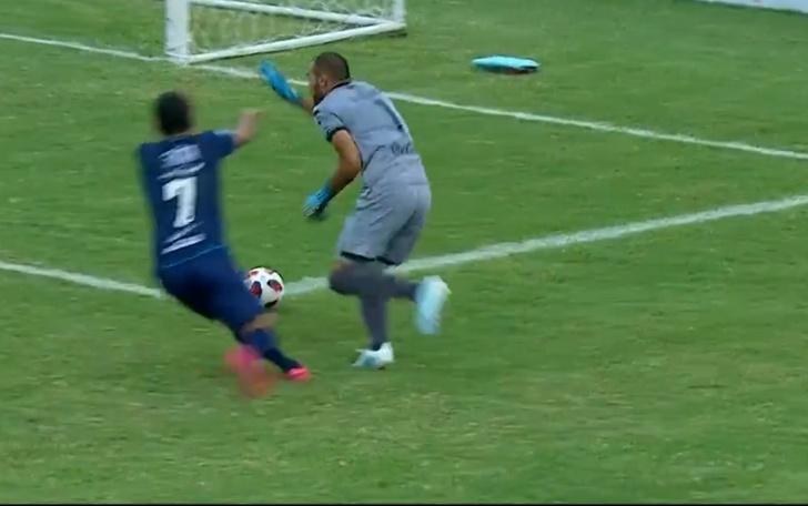 Фото №1 - Вратарь смешно забил самому себе и лишил свою команду победы (видео)