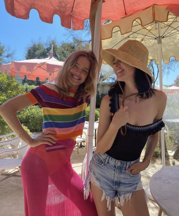 Фото №2 - Summer vibes: Наталья Водянова в абсолютно прозрачной юбке Jacquemus и радужном топе