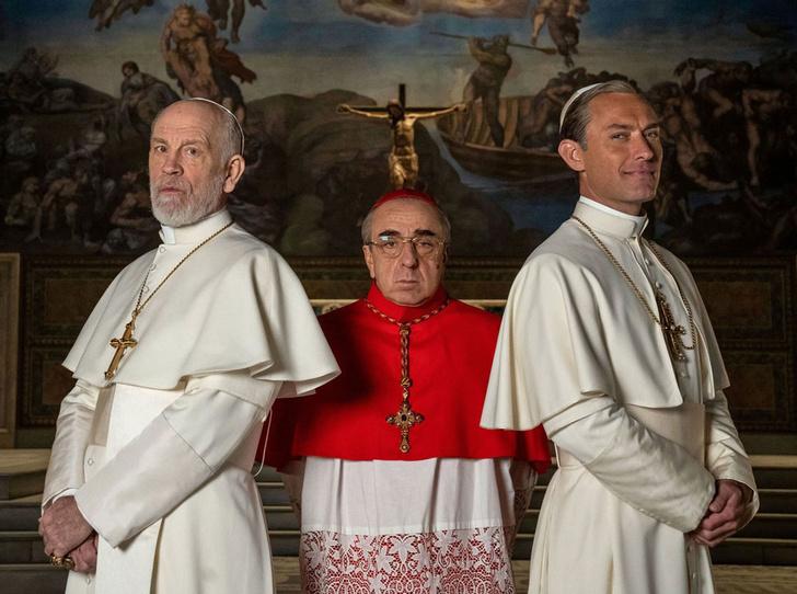 Фото №1 - Сутаны в кристаллах Swarovski и ателье «оскароносных» шляп: стиль в сериале «Новый папа»