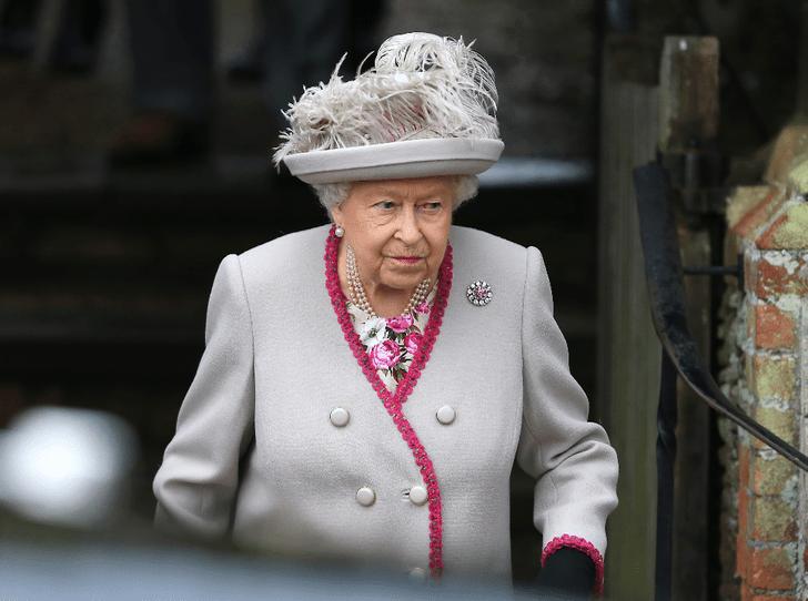 Фото №1 - Как Королева отреагировала на решение Гарри и Меган сложить полномочия
