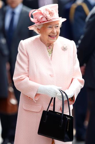 Фото №3 - Концепция дизайна свадебного платья Меган Маркл меняется в угоду Королеве