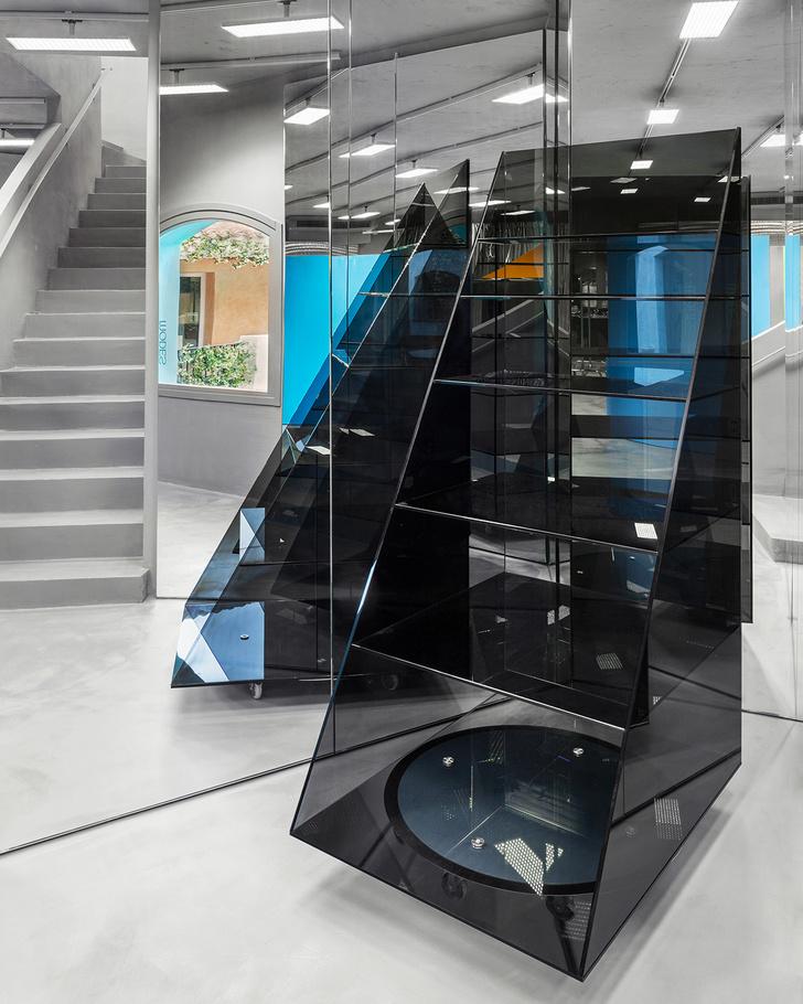 Фото №6 - «Металлический» бутик с яркими цветными деталями на Сардинии