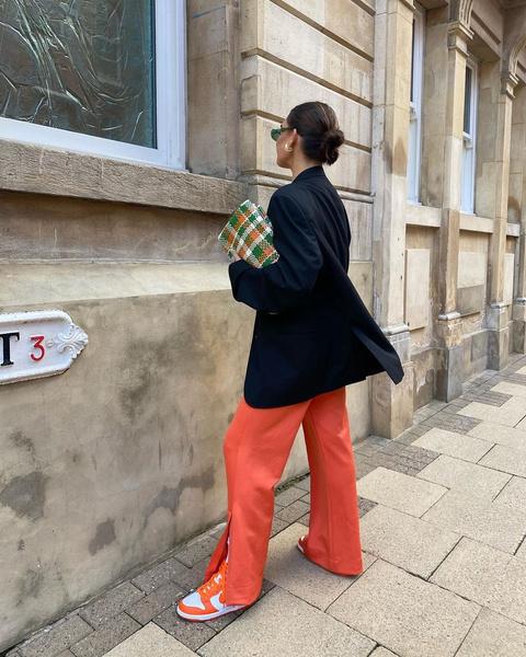 Фото №4 - Выбираем легкие женские штаны на лето: гид по фасонам и материалам