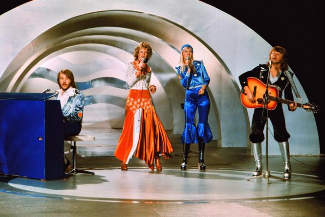 Фото №2 - Самые яркие (и странные) сценические наряды за всю историю Евровидения