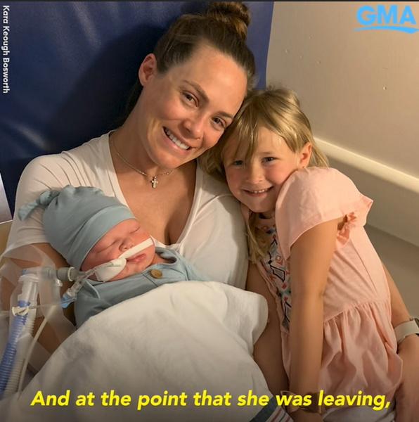 Фото №1 - Кара Кеог сделала тату краской с прахом погибшего новорожденного сына