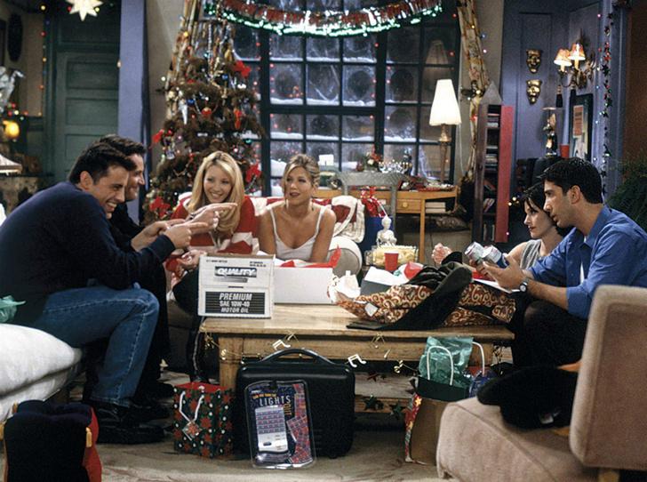 Фото №1 - Дух Рождества: 6 праздничных эпизодов любимых сериалов