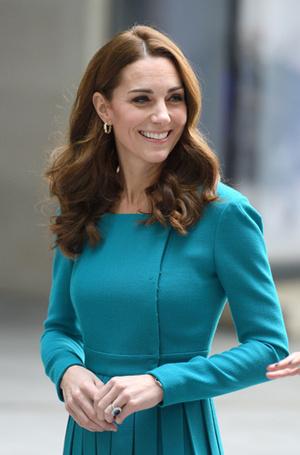 Фото №14 - 6 знаковых нарядов герцогини Кембриджской, которые она носит уже 6 лет