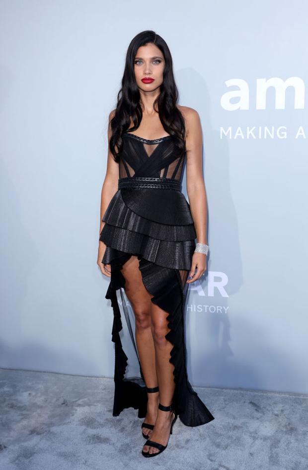 Фото №13 - Total black: 13 самых роскошных черных платьев на amfAR 2021