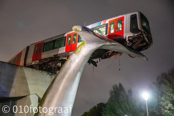 Фото №1 - После аварии нидерландский поезд метро повис в воздухе