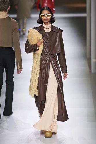 Фото №2 - Кожаные тренчи: как носить самые модные пальто сезона