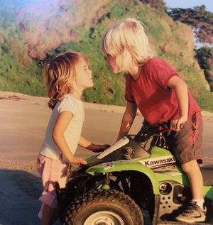 Фото №1 - На маму или на папу? Кайя Гербер опубликовала детские фотографии с братом