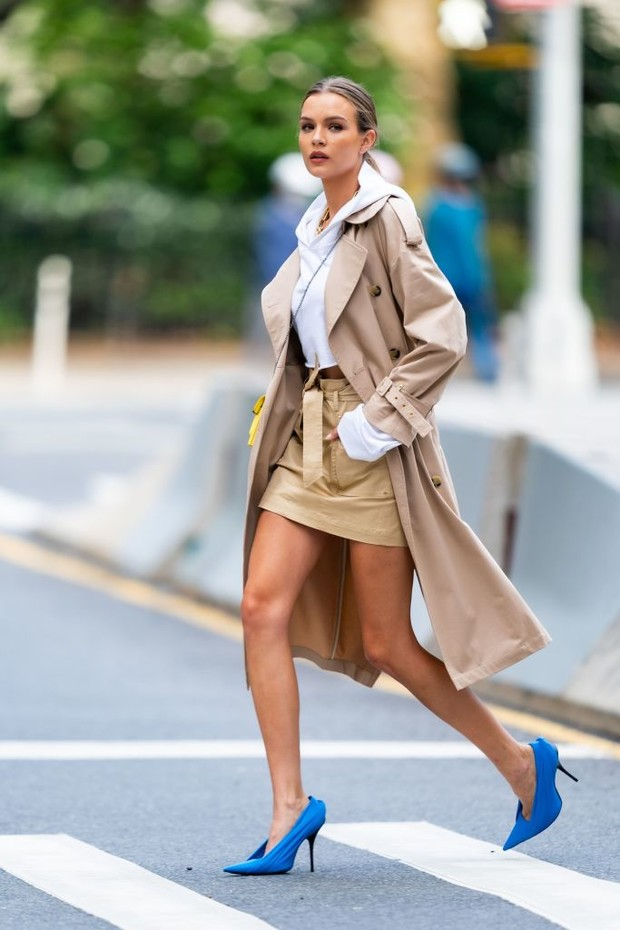 Фото №1 - Бежевый тренч + очень яркие туфли: формула безупречного образа от Жозефин Скривер