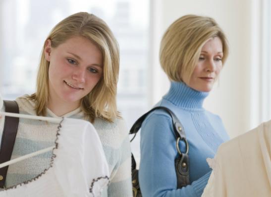 Фото №1 - Вопрос дня: Как сказать маме, что я уже могу сама покупать себе одежду?